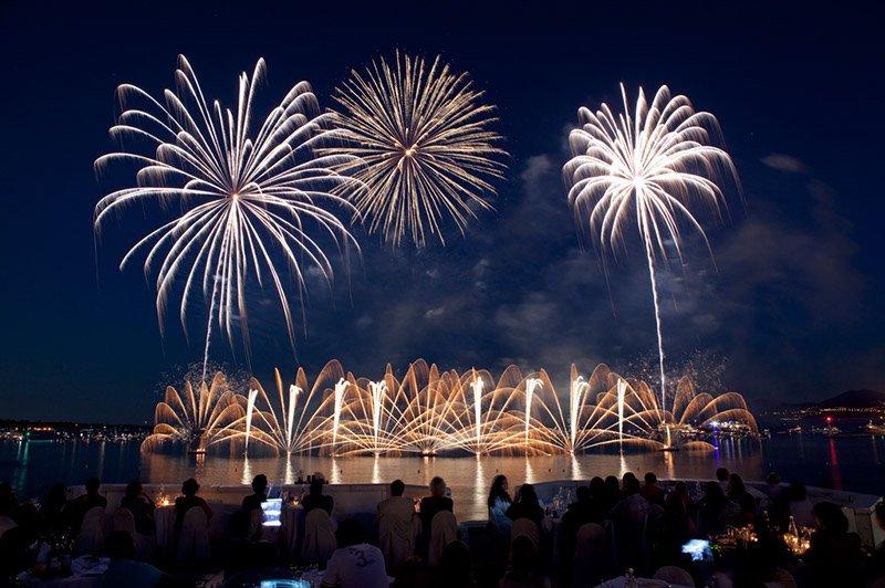 feu artifice Cannes au milieu de l'eau 14 juillet 2017
